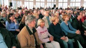 Großes Interesse an den Kandidaten: Die Timmendorfer Trinkkurhalle war bis auf den letzten Stehplatz gefüllt.