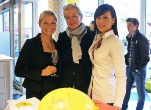 Prost auf die Premiere: Kundenberaterinnen bei Witty Knitters