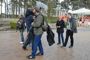 RTL berichtet aus Timmendorfer Strand: Redakteurin Ilka Essmüller interviewt Torge Schmidt auf der Timmendorfer Kurpromenade