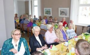 """Bei Kaffee und Kuchen hatten die Timmendorfer Senioren Gelegenheit, die Bürgermeister-Kandidaten von der """"menschlichen Seite"""" kennenzulernen"""
