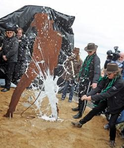 """Champagnertaufe für die Skulptur """"Horizont"""" (Foto: TSNT)"""