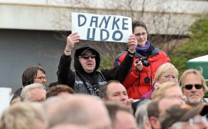 """""""Danke, Udo"""" plakatierten die Fans vor dem Maritim (Foto: TSNT)"""