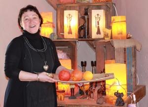 Wunderscheune-Betreiberin Elke Karch mit selbst gefertigten Lampen