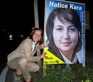"""Persönlich aufgeklebt: """"Danke für 30%"""" sagt Hatice Kara (Foto: René Kleinschmidt)"""