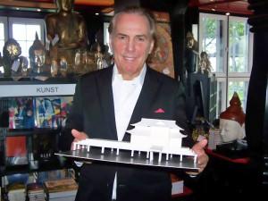 """Der Hamburger Unternehmer Jürgen Hunke mit einem """"Teehaus""""-Modell, wie es auf der Seebrücke vor dem Hotel Seeschlösschen entstehen sollte. (Foto: René Kleinschmidt)"""