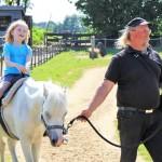 Als Unterricht oder nur zum Spaß: Ponyreiten auf dem Hof