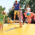 Da machen auch sportliche Väter mit: Riesen-Hüpfburg bei Karls