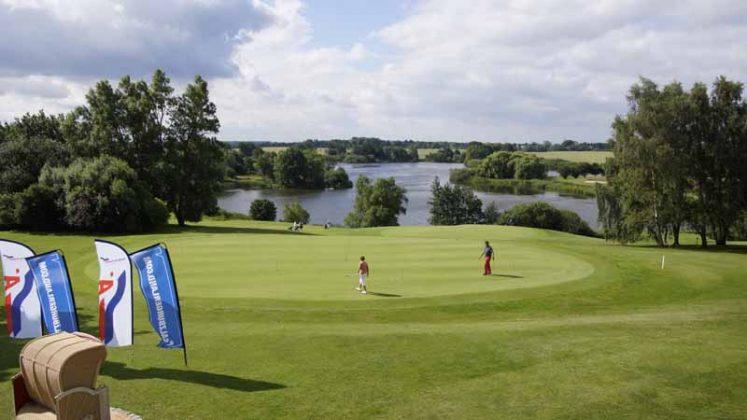 GroÃzügig und idyllisch lädt die Golfanlage am Oeverdiek zum Turnier ein. (Foto: TraveMedia)