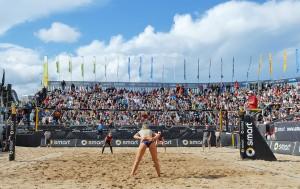 La-Ola-Wellen in den Rängen: begeisterte Fans bei den Deutschen smart Beachvolleyball-Meisterschaften, jetzt zum 20. Mal in Timmendorfer Strand