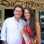 """""""Vitrine""""-Inhaber Heiko Zademach freut sich mit Janin-Christin Weiß über die gewonnene Miss-Wahl (Foto: René Kleinschmidt)"""