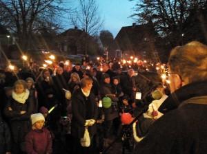 Großer Andrang beim Start des St. Martinsritts vor der Niendorfer St. Petri-Kirche (Foto: René Kleinschmidt)