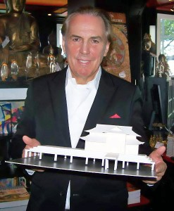 Ideengeber Jürgen Hunke mit dem Teehaus-Modell