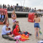 Ruhepause nach dem Sprung ins Wasser: die ganze Famiie macht mit beim Anbaden