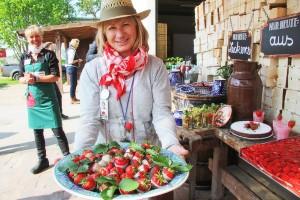 Leckere Erdbeersnacks für die Presse. Hier: Erdbeeren mit Schokoladenhülle