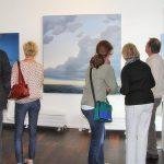 Großformatig, stimmungsvoll, beeindruckend: Galeriegäste bewundern die Werke Michael Weigels