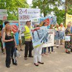Rund 150 Demostranten empfingen Bahnchef Grube vor der Trinkkurhalle