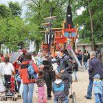 Eine Attraktion für Eltern und Kids - der neue Kinderspielplatz mit großem Piratenschiff.