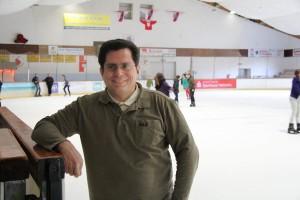 Der Spaß hat Tradition: Ulfert Weiß in der Timmendorfer Eishalle, die neben den Eishockeyspielern auch jedem Hobby-Eisläufer zur Verfügung steht