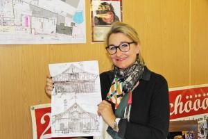Ulrike Dahl zeigt die Pläne für die neuen Bauernhäuser aus alten und antiken Elementen.