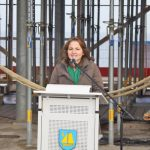 """Bürgermeisterin Hatice Kara erinnert in ihrer Richtfest-Rede an die """"lange Odyssee"""" des Projekts Teehaus (Foto: R.Kleinschmidt)"""