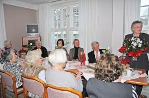 """Aufmerksam und amüsiert lauschen die Gäste der Geburtstagsrede - links neben Helga Schütt Ehemann """"Carlos"""""""