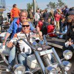Ein Bike für viele Fans: Hier setzen sich zwei Freunde in Szene