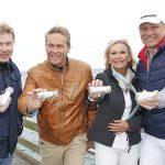 Mika Häkkinen, Hinnerk Baumgarten, Sabine Christiansen und Axel Schulz mit ihrer magischen Flaschenpost