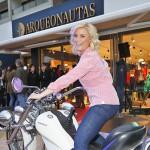 TV-Moderatorin Jennifer Knäble strahlt auf dem Motorbike