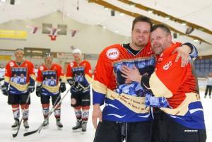 """Alte Freunde: Korbinian Witting und Marcus Krützfeldt freuen sich über die """"Ehren-Trikots"""" in der Timmendorfer Eishockeyhalle"""