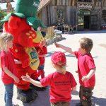 Karlchen, der Erdbär, ist auch schon da und begrüßt die Kinder