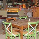 Gemütlich eingerichtet mit Möbeln, die Geschichten erzählen: Hier schmecken Kaffee und Kuchen richtig gut!