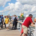 Schönwetterwolken begleiten die ersten Besucher auf Niendorfs Seebrücke