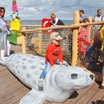 Die kleinen Besucher haben viel Freude an den maritimen Figuren