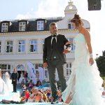 Romantische Szenerie: Brautmode vor dem Alten Rathaus