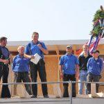 Zimmermann Wolfgang Hargus startet das Richtfest mit einem traditionellen Spruch