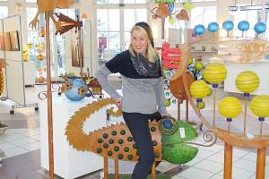 Anja Es auf einem der skurril gezackten Figuren von Wiktor Borowski in der Trinkkurhalle
