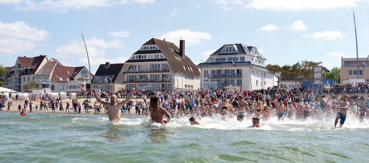 Auch in diesem Jahr wird die Badesaison mit einem kühnen Sprung in die kühlen Fluten eröffnet Foto: Katrin Gehrke