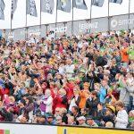 Dicht gedrängt warten die Fans auf spannende Spiele