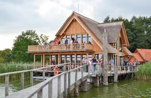 Brücke zum Genuss: Restaurantgebäude aus urigem Lerchenholz am Hemmelsdorfer See (Foto: Kartin Gehrke)