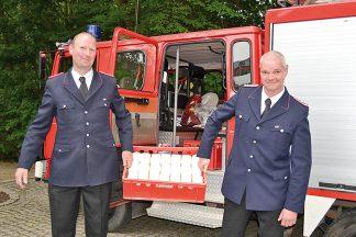 Ortswehrführer Thomas Brede (links) und sein Stellvertreter Jan Strunk bringen Lebensmittel zur Tafel