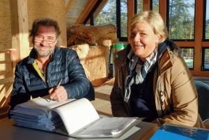 Gesine Muuss (Gemeinde Timmendorfer Strand) und Pächter Stefan Hogrefe unterschreiben den Fischereihof-Pachtvertrag
