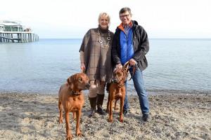 Simone und Frank Korf mit ihren Hündinnen Enaya (links) und Layla