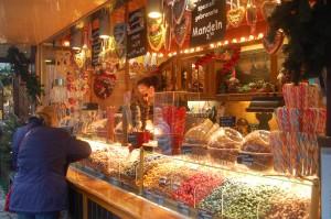 Weihnachtsbäckerei, Bonbons und Mandeln locken mit süßen Köstlichkeiten wie man sie seit Kindheitstagen kennt