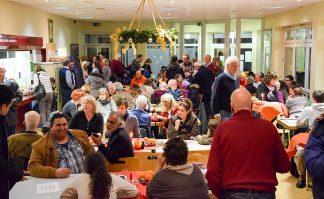 Riesenstimmung beim Adventsfest der Helferbörse (Foto: Jan Karthäuser)