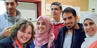 """""""Miteinander- Füreiander"""": Bürgermeisterin Hatice Kara begrüßt Flüchtlinge beim Adventsfest der Helferbörse (Foto: Jan Karthäuser)"""