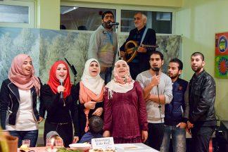 Viel Beifall gab es für den Chor der Flüchtlinge (Foto: Jan Karthäuser)