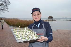 """Tatjana Wagner vom Restaurant-Team des """"Fisherman's"""" serviert den Gästen zur Einweihungsfeier Matjeshäppchen"""