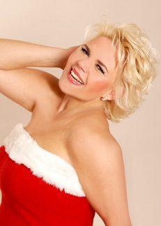 """Die Timmendorfer Sopranistin Nicole Mühle ist weithin bekannt. Mit ihrer besonderen Stimme verleiht sie bekannten Weihnachtsliedern wie dem """"Ave Maria"""" die festliche Note. (Foto: Karin Zajonc)"""