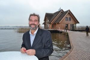 Stefan Hogrefe ist der Pächter des Fischereihofs. Noch vor Weihnachten soll auch das reetgedeckte Restaurant auf den Pfählen im See eröffnen.