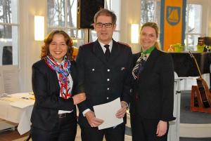 Feuerwehrmann Harm-Halfdan Weihe gehörte ebenfalls zu den Geehrten beim Neujahrsempfang (mit Hatice Kara, links, und Anja Evers)